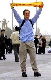 美联社:美国公民在天安门广场上进行支持法轮功的示威后被捕
