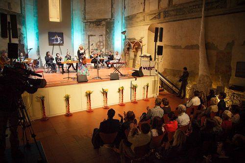 图1-8:捷克多位著名艺术家在首都布拉格的圣安娜教堂举行音乐会,声援法轮功反迫害