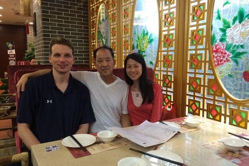 王治文(中)和女儿王晓丹(右)及女婿杰夫(左)