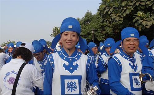 '图7:马小姐从桃园中坜赶来参加万丹红豆节的踩街。'