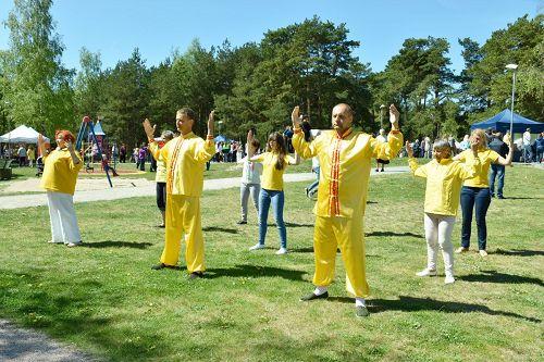 '图3~4:学员们在公园里集体打坐'
