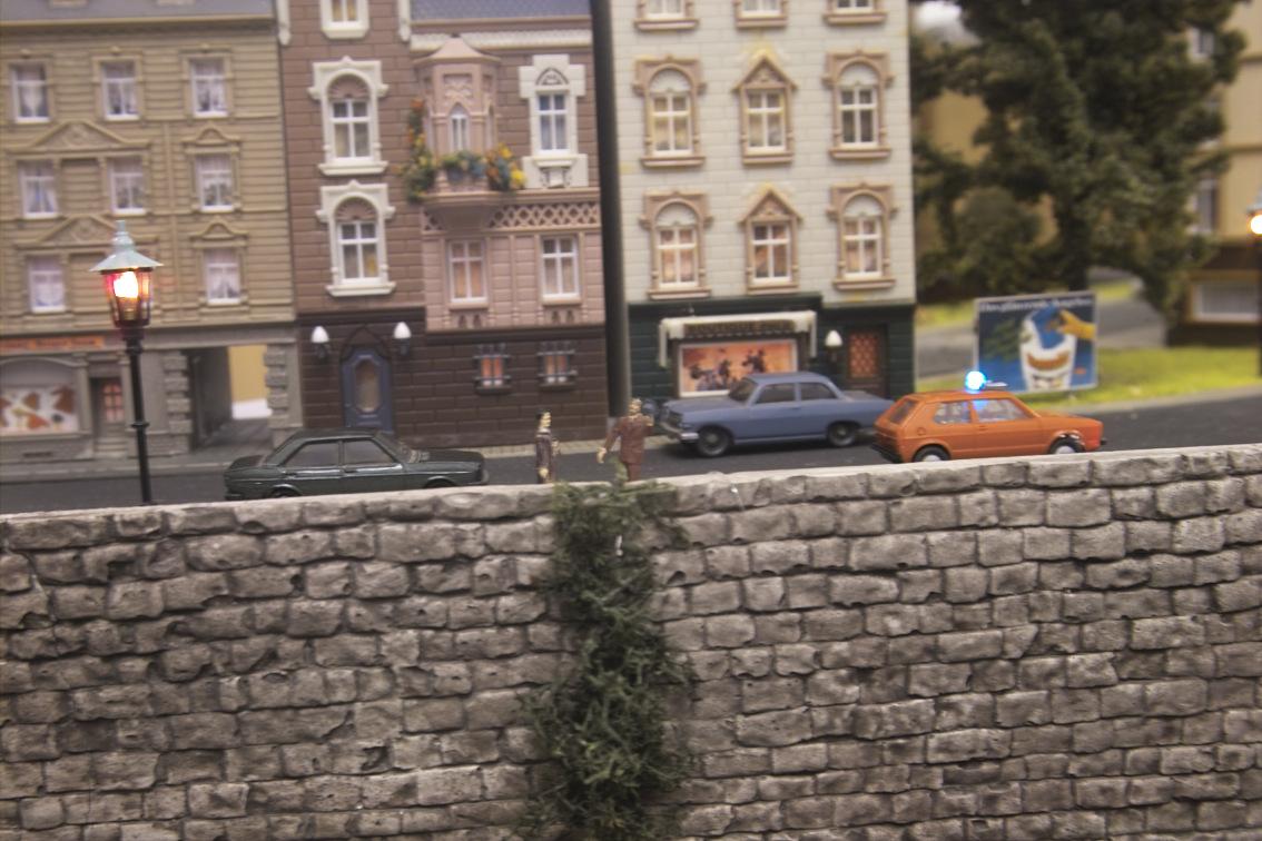 Mauer mit Passanten