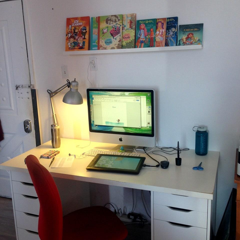 Mon bureau, Montréal, Atelier, mon atelier, au studio, Auteur de BD, bureaux partagés, Montréal, Espace Aird, MiniKim, iMac, Apple, wacom cintiq 13 hd, Lampe de bureau ikea, artiste, Bureau d'artiste, Bureau de dessinateur, table à dessin, dessinateur, Montréal, Bureau ikea
