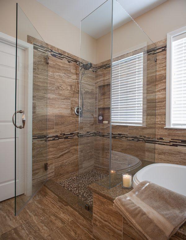 paseo moderna en ideas de la ducha pared de mármol marrón puerta de cristal sin marco alcachofa de la ducha