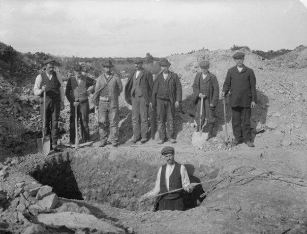 Digging a hiole - image