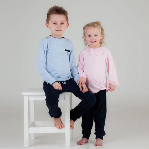 Lyseblå og lyserosa genser til gutt og jente