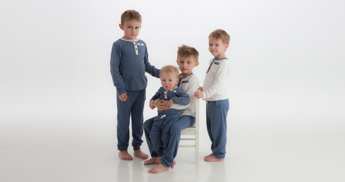 4 gutter med kosedresser