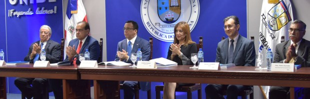 imagen Ministro Andrés Navarro desde podium de pie se dirige a personas en presentación deresultados de informe y monitoreo del IDEC