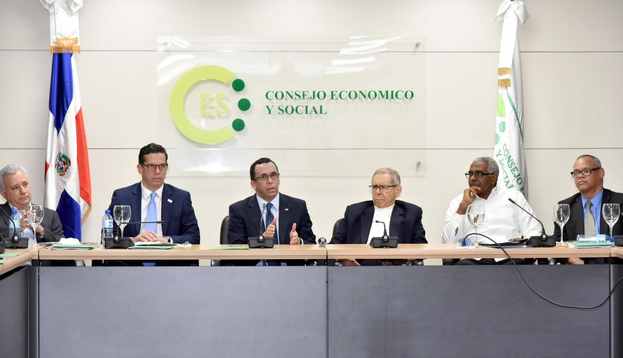 imagen Ministro Andrés Navarro sentado junto a directiva del Consejo Económico y Social de RD