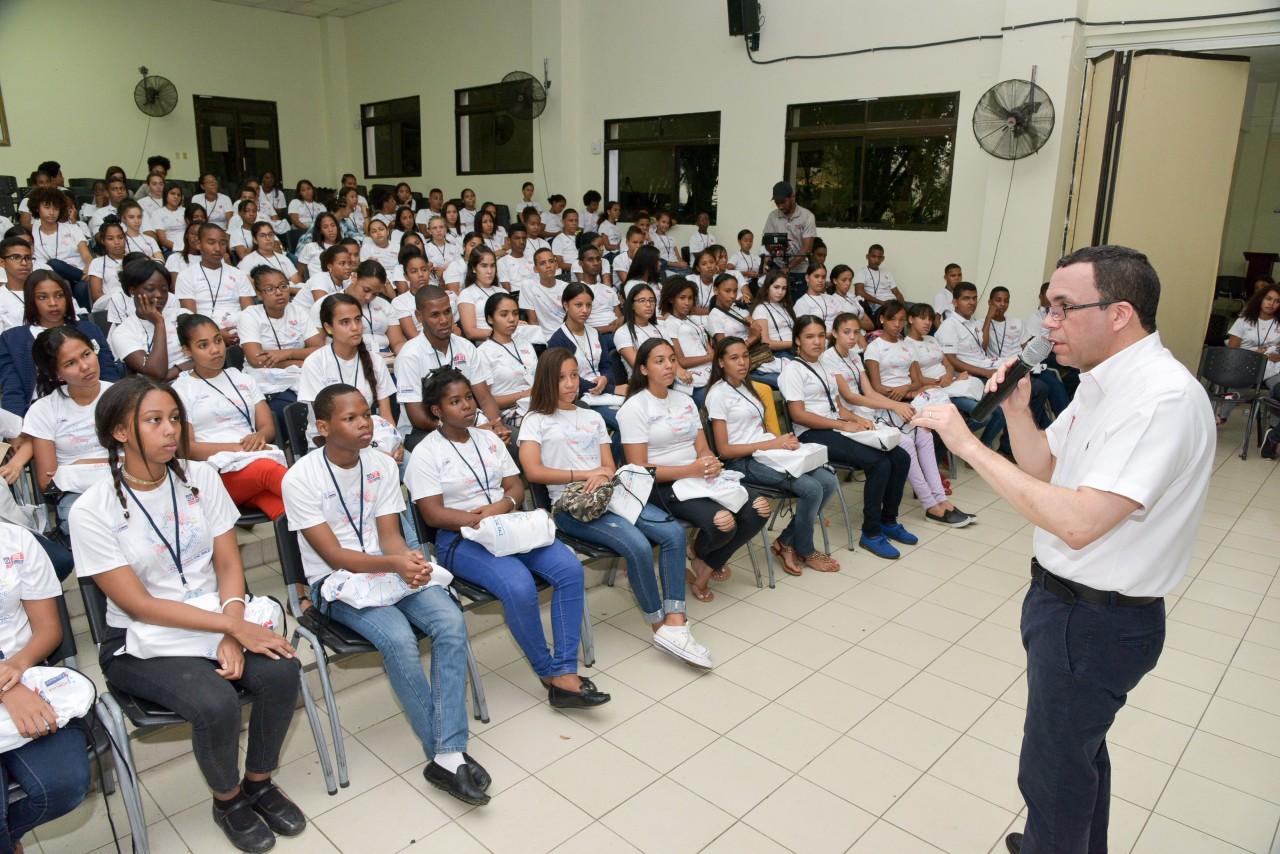 imagen Mnistro Andrés Navarro de pie frente a estudiantes sentados