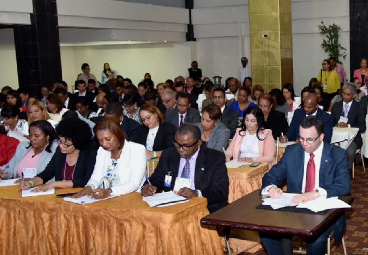 imagen Ministro Andrés Navarro sentado junto a Directores Regionales y Distritales