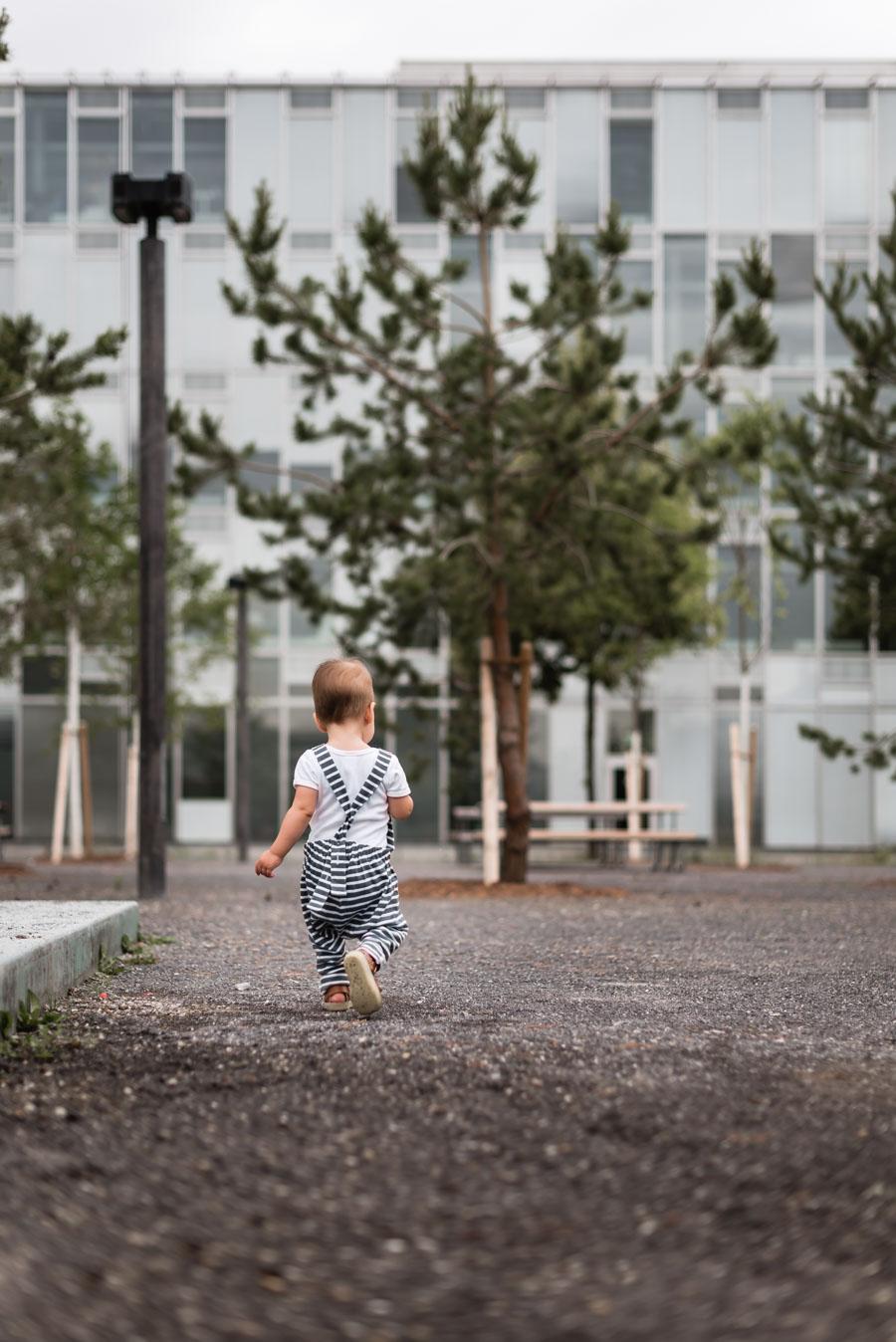 Kleinkind geht durch den Park / Copyright Isabelle Kade