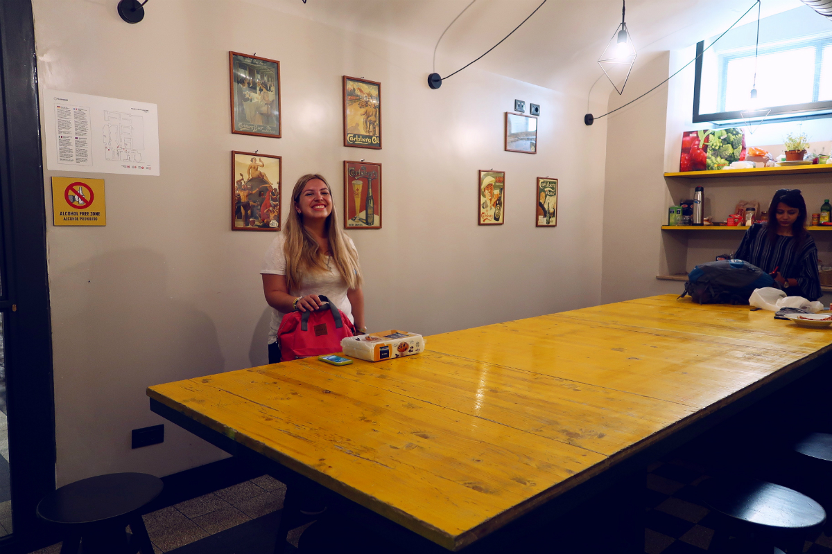 Review The Yellow Hostel Rome @minkaguides kitchen table