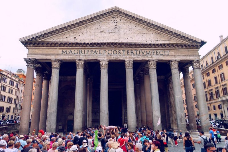 Rome overtourism @minkaguides Pantheon crowds