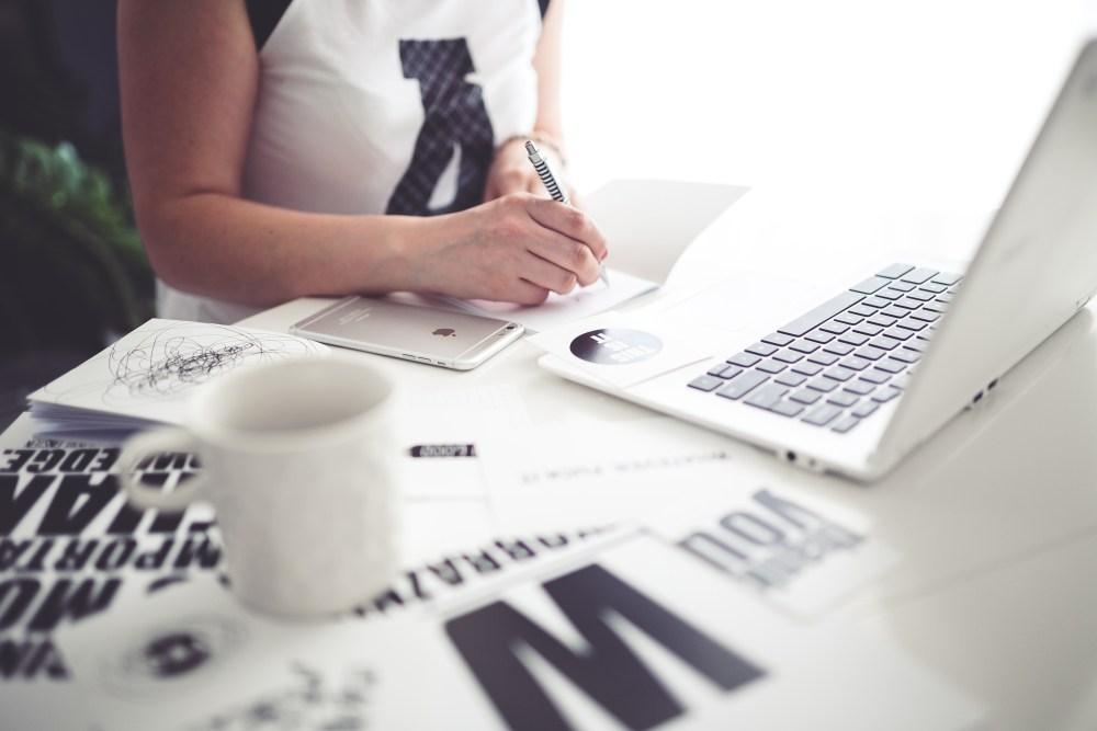 kaboompics-com_office-space_-woman-writing