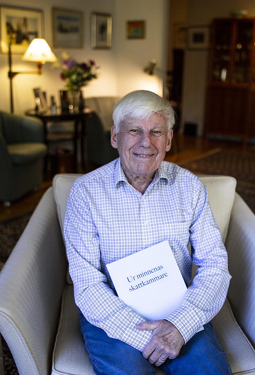 Rolf Herlitz med sin självbiografi, skriven och producerad av Pia Hintze
