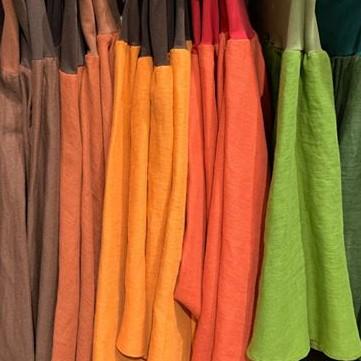 Kellohameita rivissä, lämpimät värisävyt: ruskea, oranssit, keltainen ja vihreä