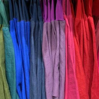 Kellohameita rivissä, viileitä värisävyjä: vihreä, sinisiä, violettia, pinkkiä, punaista