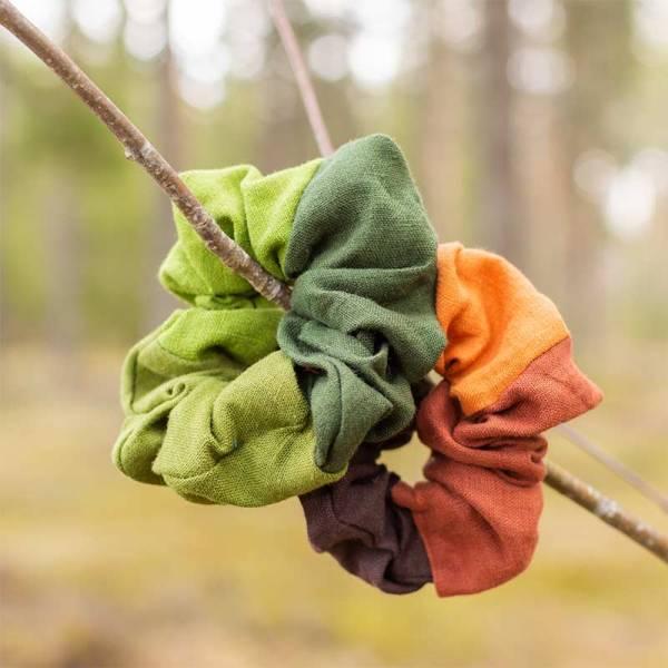 Hiusdonitsit oksalla, vihreä ja oranssi-ruskea