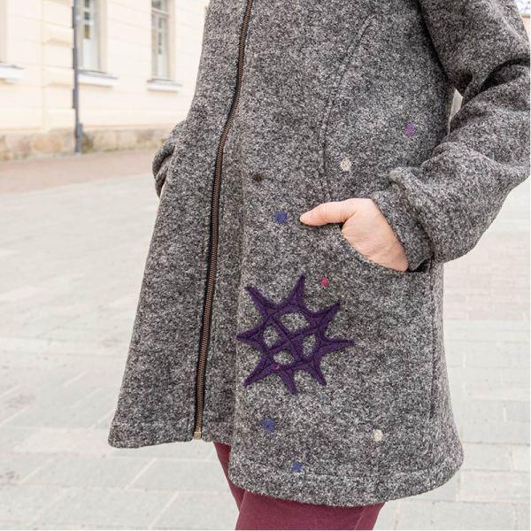 Harmaa villakangastakki, jossa puuvillavuori, ja violetti aurinko-kuvio aplikoituna helmaan