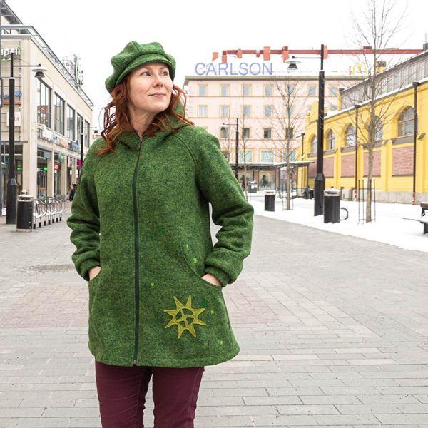 Vihreä villakangastakki, jossa puuvillavuori, ja aurinko-kuvio aplikoituna helmaan