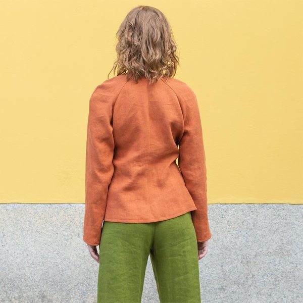 Oranssi kietaisujakku pellavasta ja vihreät pellavahousut