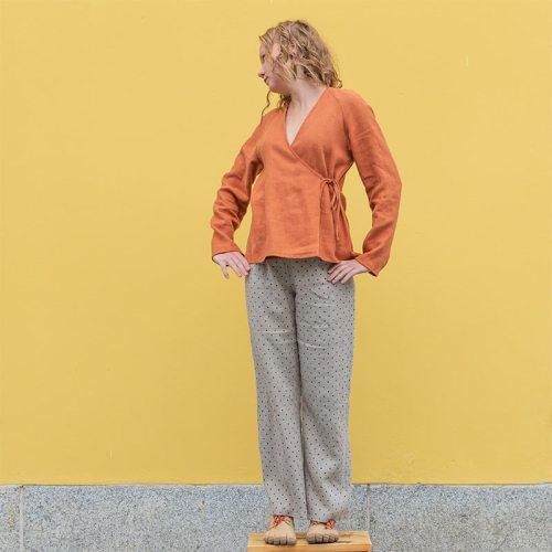 Oranssi kietaisujakku pellavasta ja pilkulliset pellavahousut