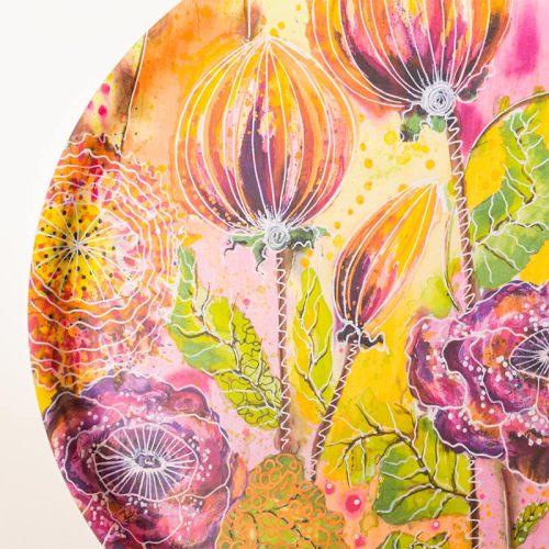 Pyöreä iso tarjotin kauniilla värikkäällä kukkakuviolla, Minna Suuronen Design.