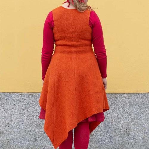 Oranssi villamekko, hihaton ja epäsymmetrisellä helmalla
