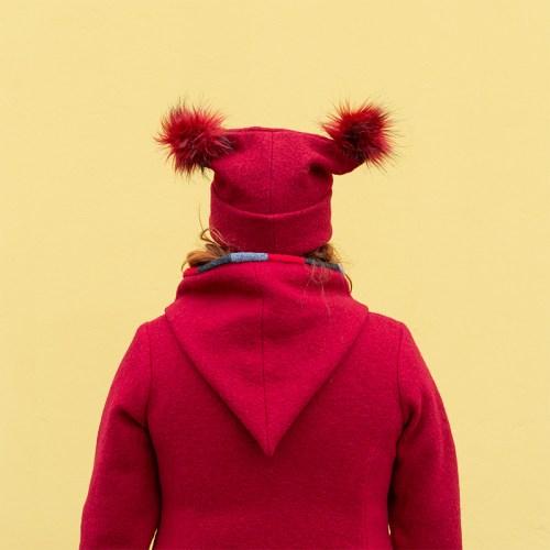 Punainen villahattu kahdella hauskalla tupsulla