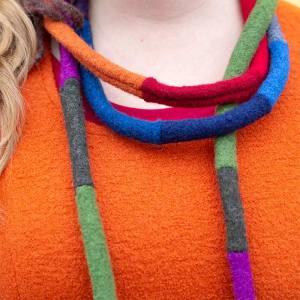 Raituli-kaulakoru, villakangaspalasista tehty värikäs kaulakoru