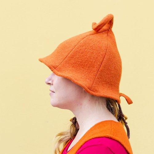 Kiekura saunahattu, oranssi villakankainen saunahattu lierillä, yksityiskohtana pään päällä hauska kiekura