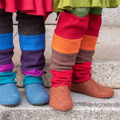 Villakankaiset säärystimet, joissa eri värisiä leveitä raitoja