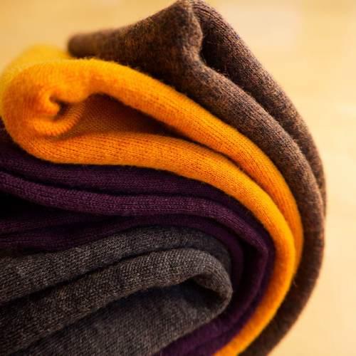 Merinovillan värejä: tumma harmaa, tumma violetti, keltainen, ruskea