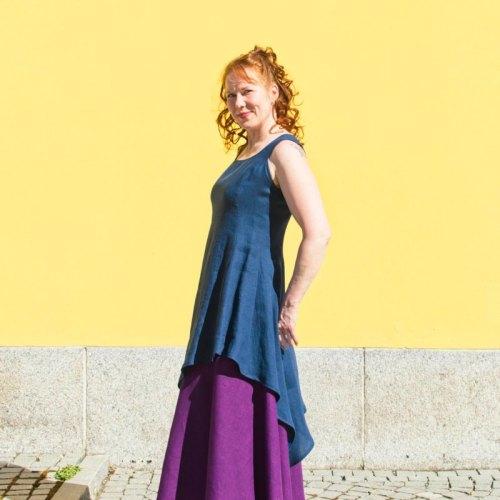 Pellavainen sininen kesämekko ja violetti pitkä hame - toimivat yhdessä myös juhlamekkona!