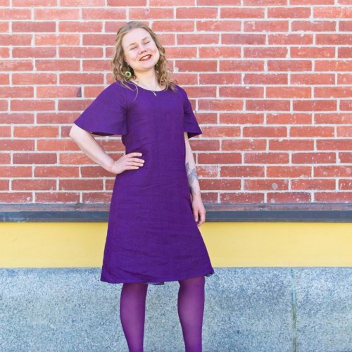 Violetti lyhythihainen pellavamekko, kesämekko.