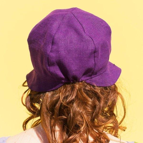 Violetti pellavainen kesähattu, jossa kapea lieri. Minna Suuronen Design.