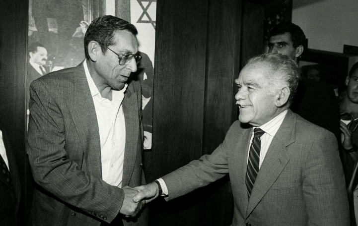 Gandhi shakes hands with Israeli Prime Minister Yitzhak Shamir, who himself orchestrated the assassination of UN mediator Count Folke von Bernadotte.