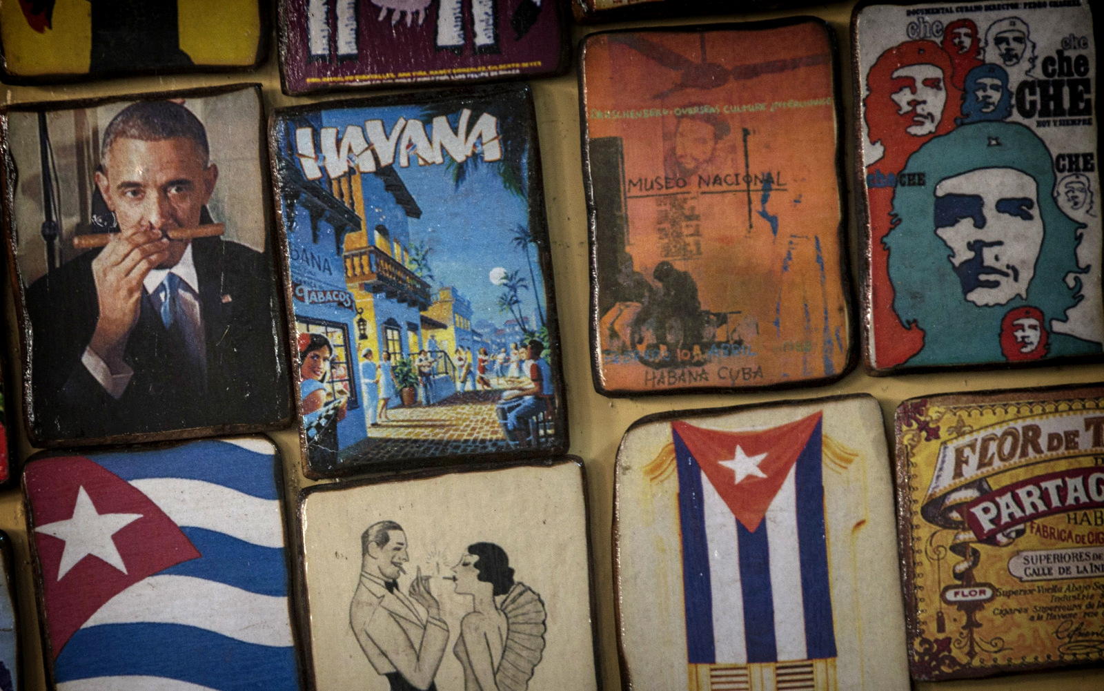 Imanes para la venta decorar una tienda para turistas, una que muestra una imagen del presidente estadounidense, Barack Obama oler un cigarro, en un mercado en La Habana, Cuba, Lunes, 16 de marzo de 2015. (AP / Ramón Espinosa)