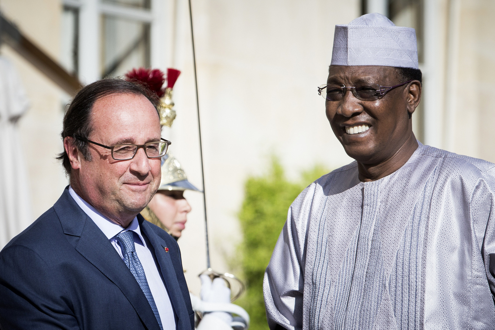 French President Francois Hollande, left, welcomes Chad President Idriss Deby Itno, prior to a meeting at the Elysee Palace in Paris, Saturday, Aug. 20, 2016. (AP/Kamil Zihnioglu)