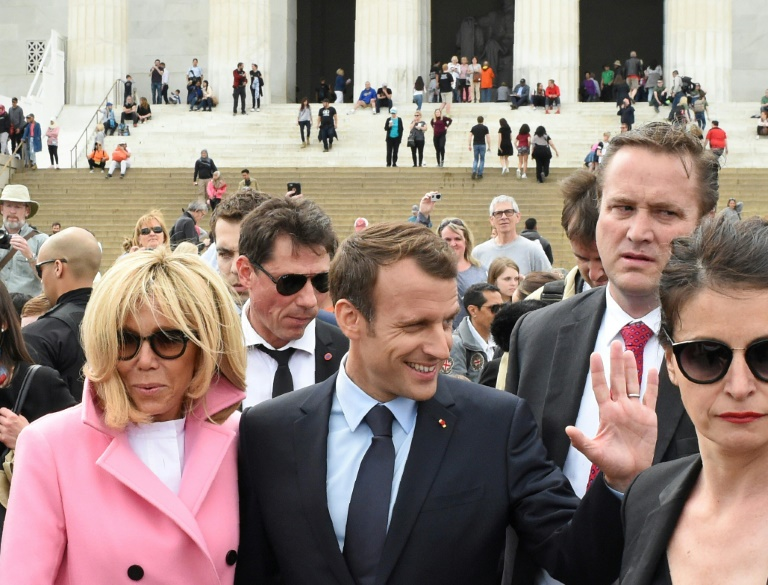Emmanuel Macron et son épouse Brigitte après leur visite du Lincoln Memorial, à Washington le 23 avril 2018