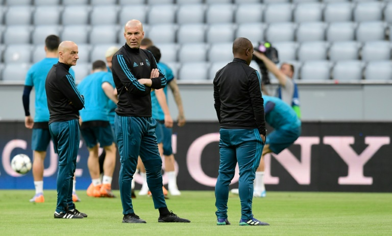 Zinédine Zidane et son staff supervisent l'entraînement du Real Madrid à l'Allianz Arena, le 24 avril 2018 pour le match contre le Bayern Munich