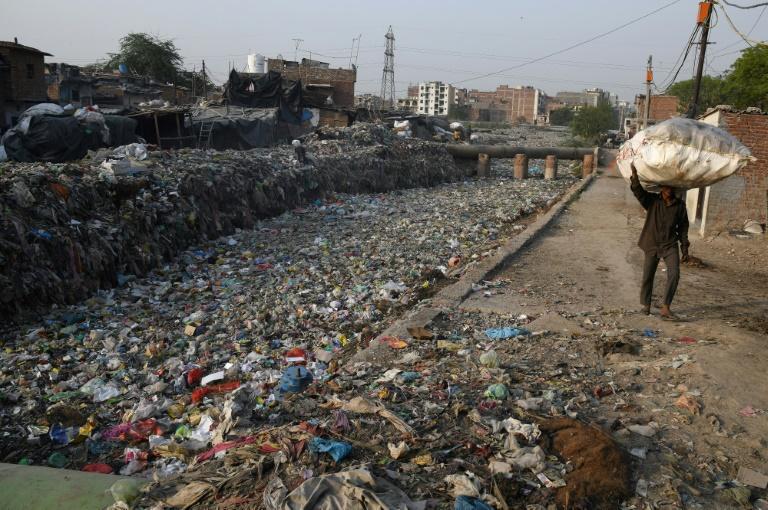 Un canal d'évacuation des égoûts rempli de déchets plastiques dans le bidonville Taimur Nagar à New Delhi le 30 mai 2018
