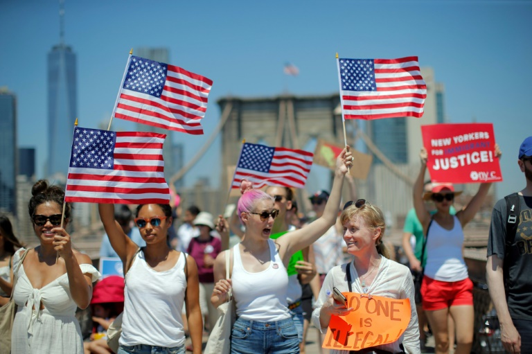 Des manifestants sur le pont de Brooklyn à New York le 30 juin 2018