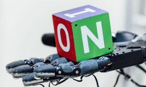 Une main robotisée a appris à faire tourner un cube entre ses doigts en un siècle