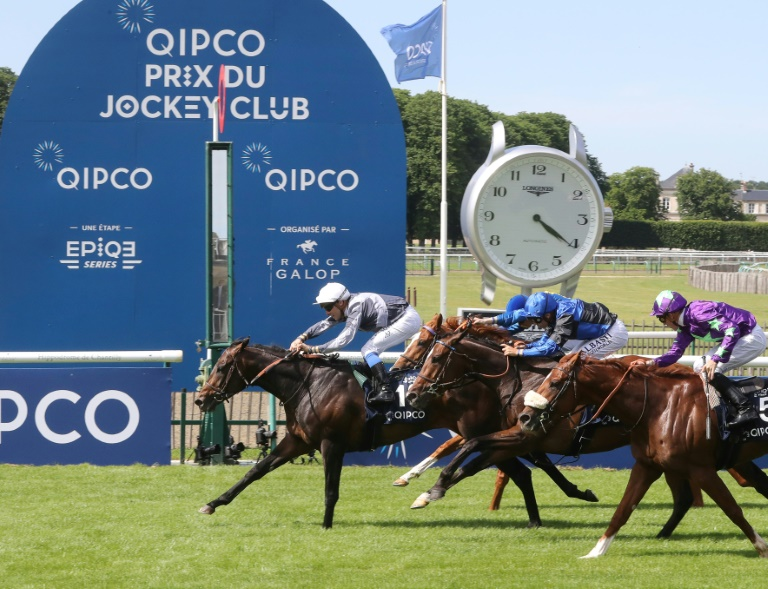 Le cheval Study Of Man remporte le Prix du Jockey-Club à Chantilly, le 3 juin 2018