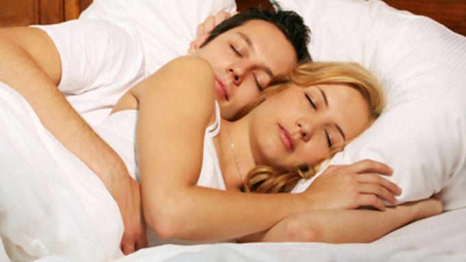La posición de dormir de una pareja puede revelar mucho sobre la relación