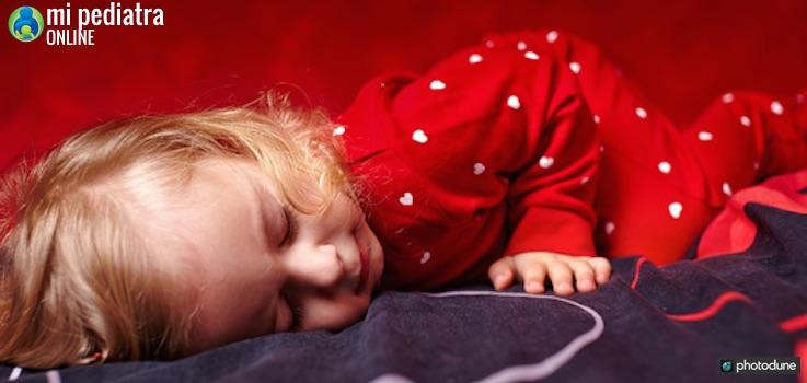 Niño al que le cuesta dormirse