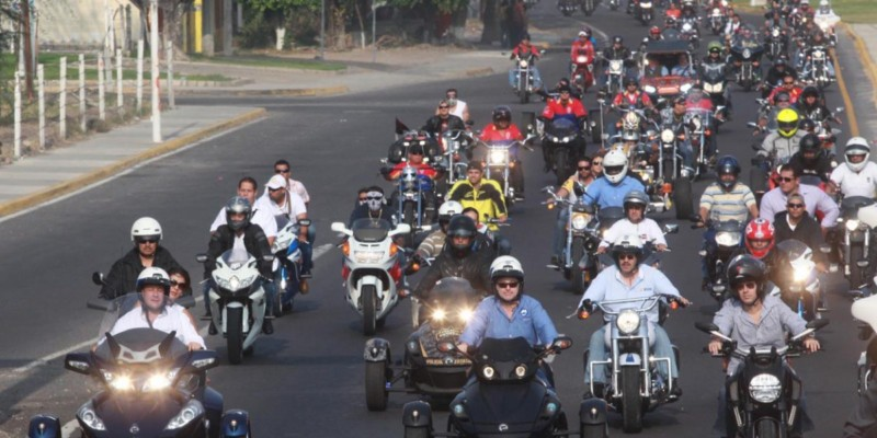 Protestan frente a Semarnat contra verificación de motos