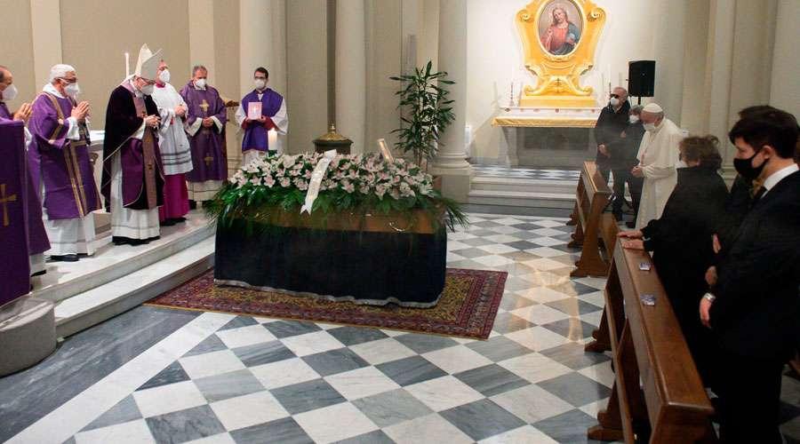 Papa Francisco participó en funeral de su médico personal